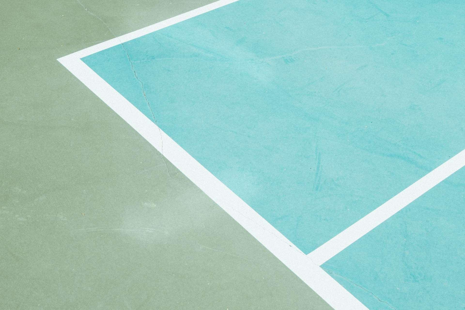 grönt och turkost målat sportgolv med linjer